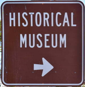 Brown sign for Historical Museum, arrow pointing to the right, for the Gayndah Museum