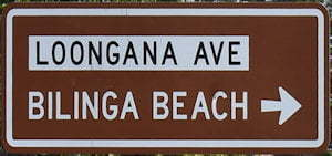 Brown sign for Bilinga Beach, white sign for Loongana Ave